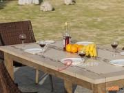 瓷砖餐桌配藤编椅子