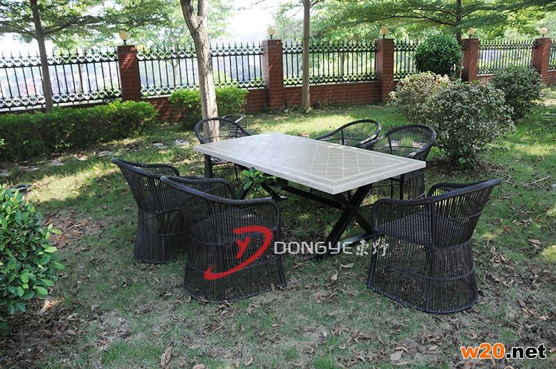 户外瓷砖拼花餐桌配藤编椅子