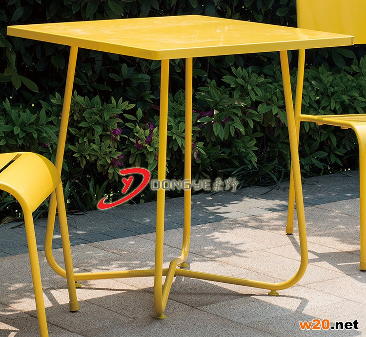黄色铁艺桌椅