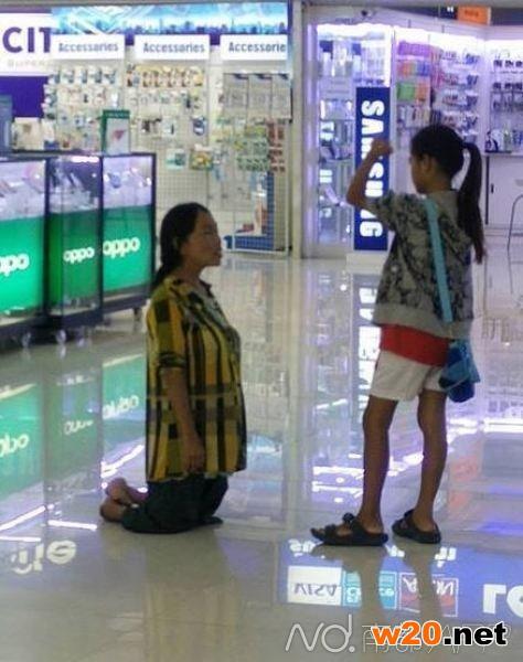 母亲跪求女儿别买iphone
